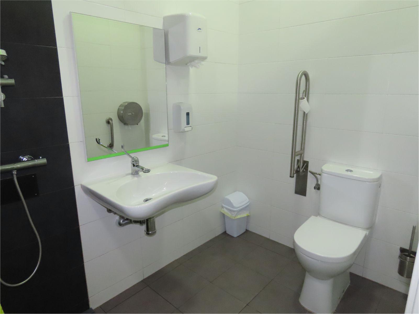 Baño para discapacitados - Disabled bathroom - Albergue Corredoiras