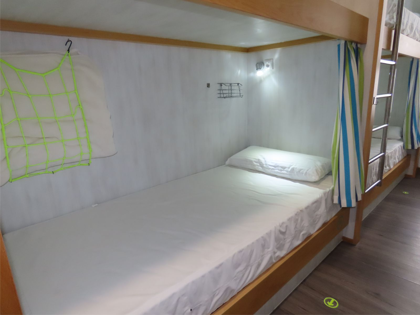 Cama con cortina, luz y enchufe - Bed with curtain, light and plug
