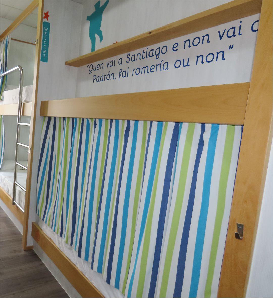 Cama con cortina cerrada - Bed with closed curtain