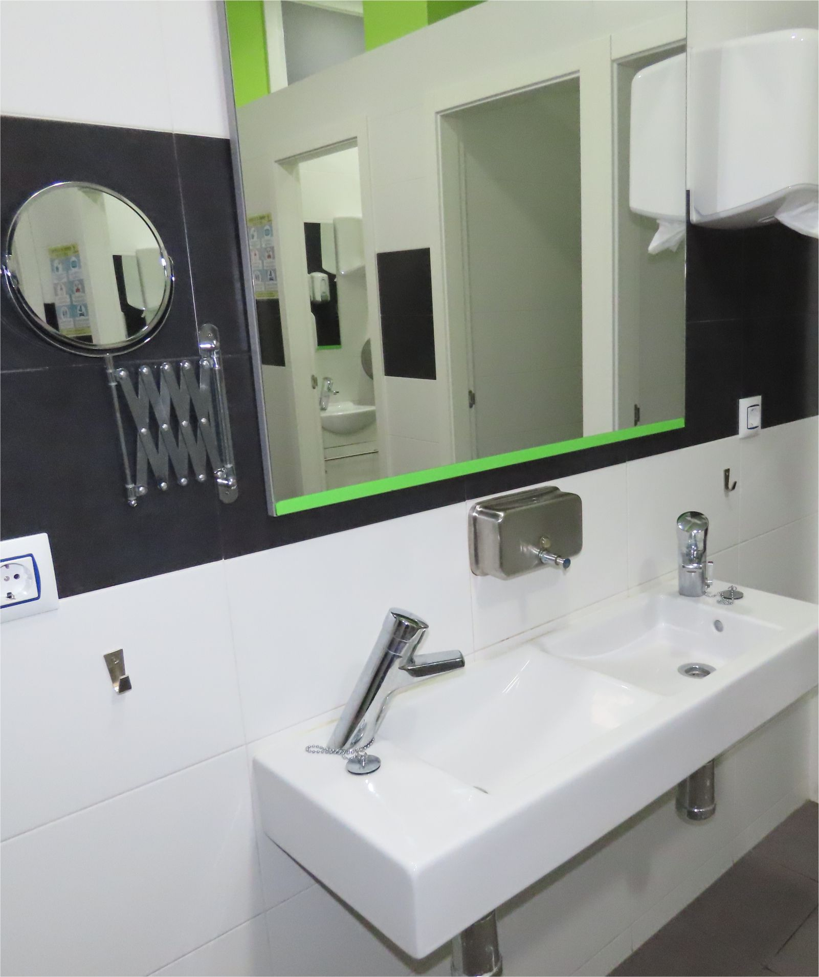 Pileta con espejos - Mirror washbasin - Albergue Corredoiras